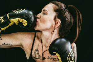 a top fighting boxer and mixed martial artist wearing the best heavy bag gloves for beginners